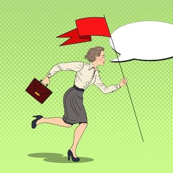 Femme d'affaires de pop art en cours d'exécution avec le drapeau rouge vers le succès.