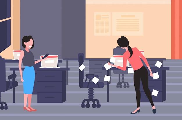 Femme d'affaires poster des autocollants entreprise démarrage planification gestion concept hommes d'affaires planification agenda de travail à l'aide de pense-bêtes moderne bureau intérieur pleine longueur horizontal