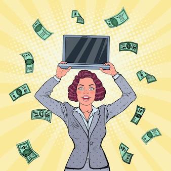 Femme d'affaires souriante avec ordinateur portable
