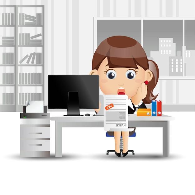 Femme d'affaires stressée et inquiète avec beaucoup de facture
