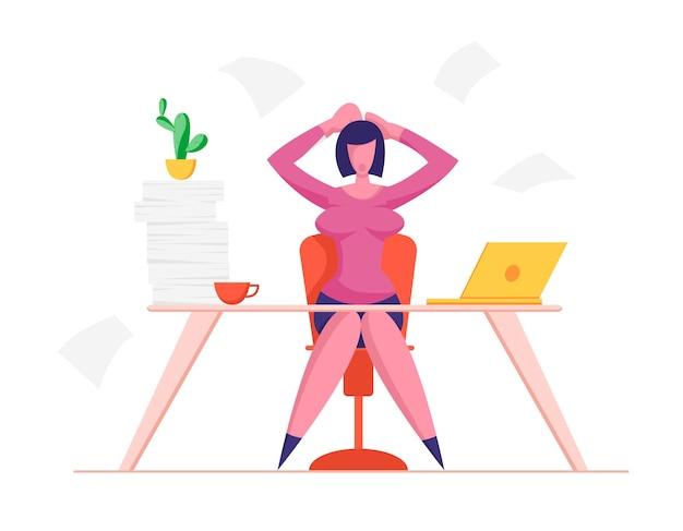 Femme d'affaires stressée tenant la tête avec les mains assis sur le lieu de travail