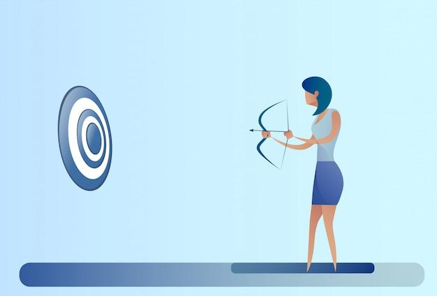 Femme d'affaires tenant l'archer de but d'arc obtenir obtenir le concept d'objectif
