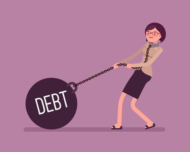 Femme d'affaires traînant une dette de poids sur la chaîne