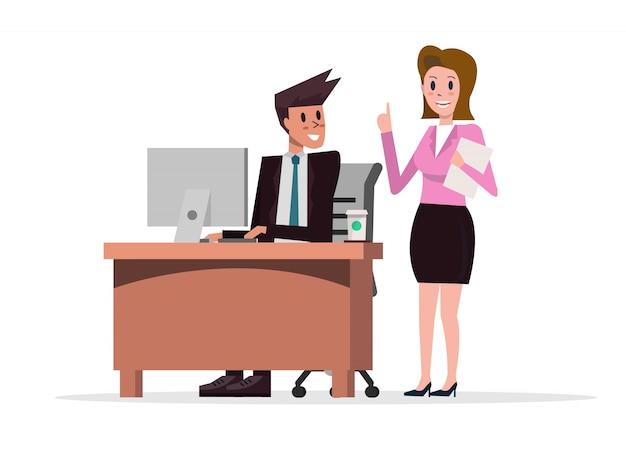 Femme d'affaires travaillant en équipe avec un homme d'affaires dans un bureau