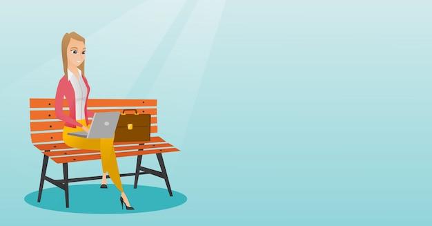 Femme d'affaires travaillant sur un ordinateur portable en plein air.