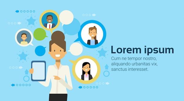 Femme affaires, utilisation, tablette informatique, messagerie, à, businesspeople, réseau, concept