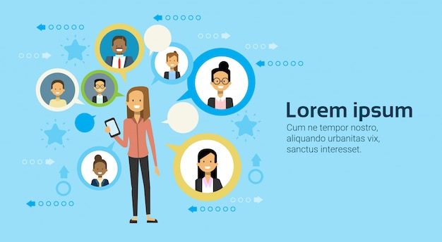 Femme affaires, utilisation, téléphone intelligent, messagerie, à, businesspeople, réseau, concept