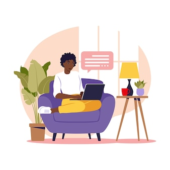 Femme africaine assise avec un ordinateur portable sur un fauteuil. illustration conceptuelle pour le travail, les études, l'éducation, le travail à domicile. plat. illustration vectorielle.