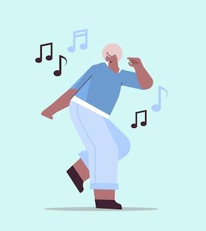 Femme afro-américaine âgée dansant et chantant grand-mère s'amusant concept de vieillesse active