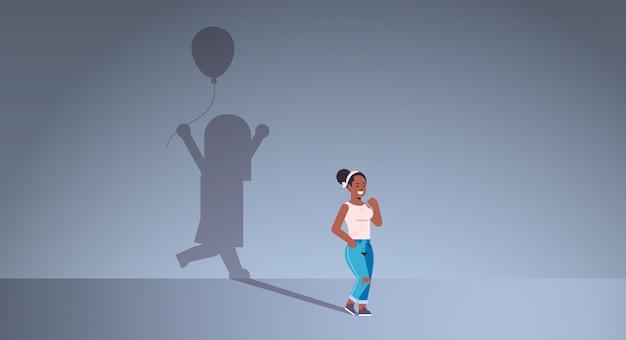 Femme afro-américaine rêvant d'être un enfant