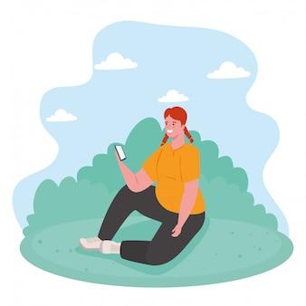 Femme à l'aide de smartphone en plein air, médias sociaux et concept de technologie de communication