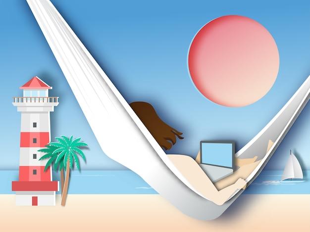 Femme allongée dans un hamac sur la plage et utiliser un ordinateur portable.