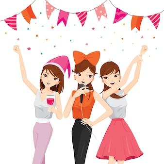 Femme amusant en fête avec des boissons, chanter, danser, boire