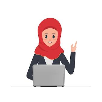 Femme arabe affaires travaillant avec ordinateur portable.