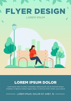Femme assise sur un banc et livre de lecture. parc, ville, illustration vectorielle plane de relaxation. concept de week-end et nature