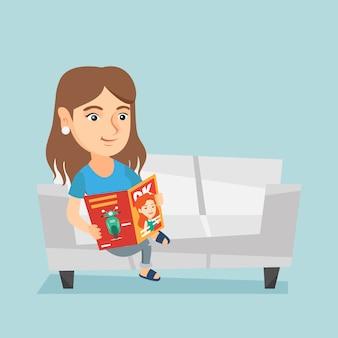 Femme assise sur le canapé et lisant un magazine.
