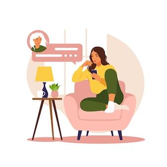 Femme assise sur un canapé avec téléphone travaillant dans le téléphone éducation en ligne indépendante ou concept de médias sociaux