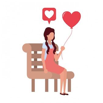 Femme assise sur une chaise de parc avec personnage de coeurs