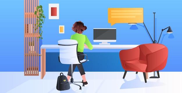 Femme assise sur le lieu de travail et à l'aide du concept de communication ordinateur chat bulle illustration horizontale pleine longueur