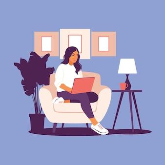 Femme assise avec ordinateur portable.