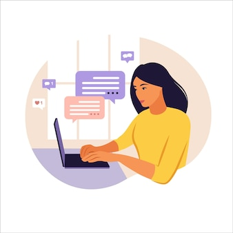 Femme assise table avec ordinateur portable et téléphone