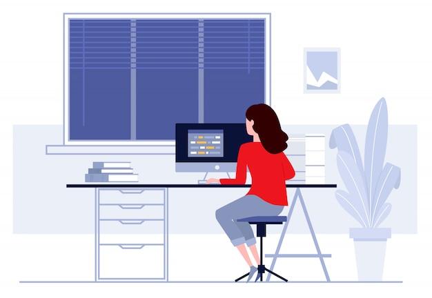 Femme assise à table et travaillant à la maison.