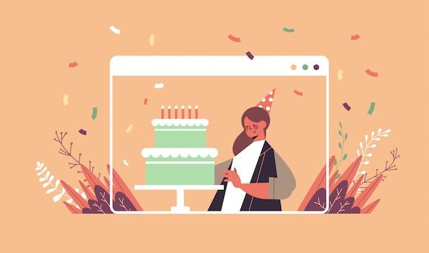 Femme au chapeau festif drôle célébrant l'anniversaire en ligne