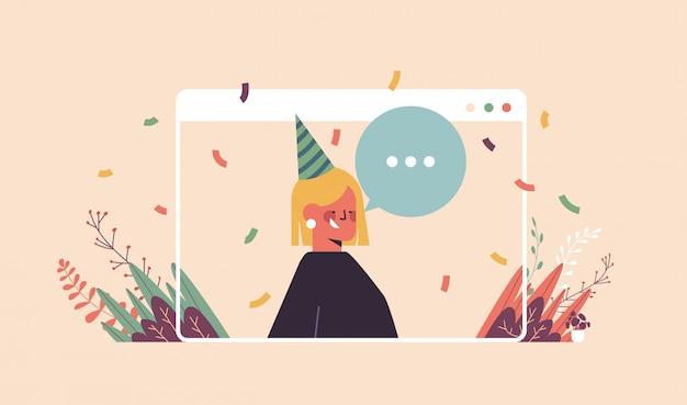 Femme au chapeau festif drôle célébrant la fête d'anniversaire en ligne fille heureuse