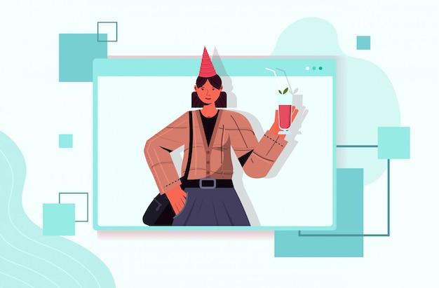 Femme au chapeau de fête célébrant la fête d'anniversaire en ligne