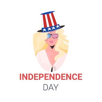 Femme au chapeau de fête avec drapeau américain célébrant, carte de célébration de la fête de l'indépendance américaine 4 juillet