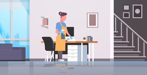 Femme au foyer, nettoyage, ordinateur, table, à, plumeau, femme, essuyage, lieu de travail, bureau, girl, épousseter, ménage, concept, moderne, appartement, intérieur, femme