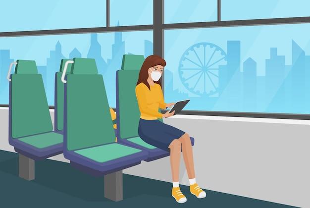 Femme au masque médical passe par le temps de quarantaine de bus à l'aide de la tablette