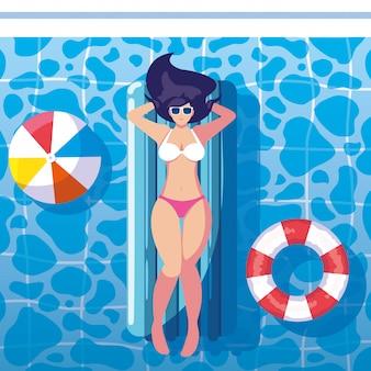 Femme bronzant en flottant sur la piscine