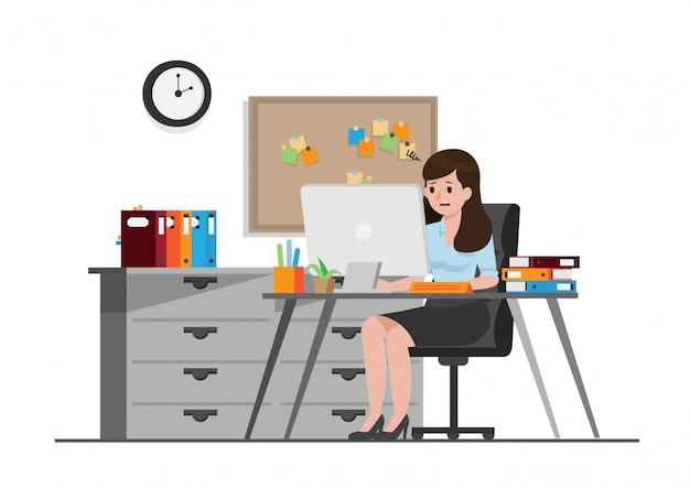Femme de bureau travaillant