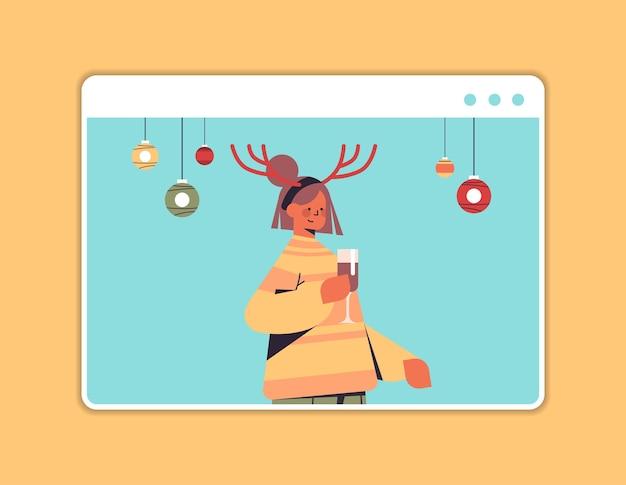 Femme buvant du champagne fille dans les cornes s'amusant bonne année et joyeux noël vacances célébration concept navigateur web fenêtre illustration vectorielle portrait horizontal