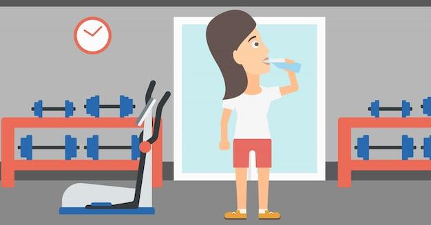 Femme buvant de l'eau.
