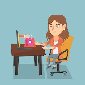 Femme caucasienne, obtenir des sacs de shopping de l'ordinateur