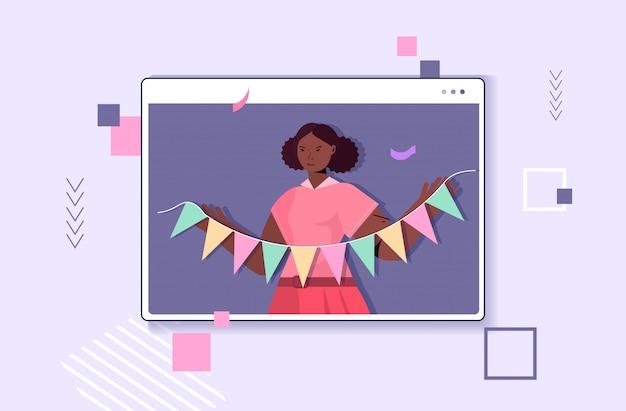 Femme célébrant l'anniversaire en ligne fille dans la fenêtre de l'ordinateur