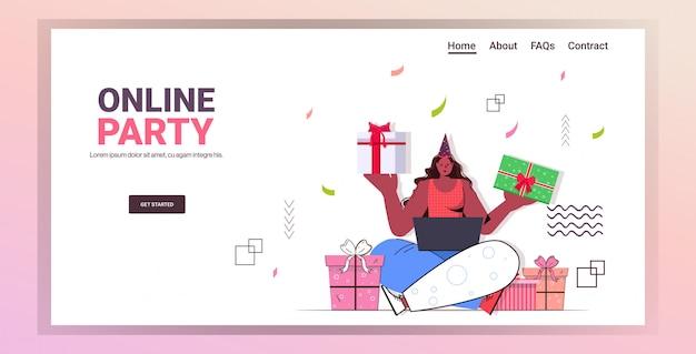 Femme célébrant la fête d'anniversaire en ligne girl holding coffrets cadeaux emballés