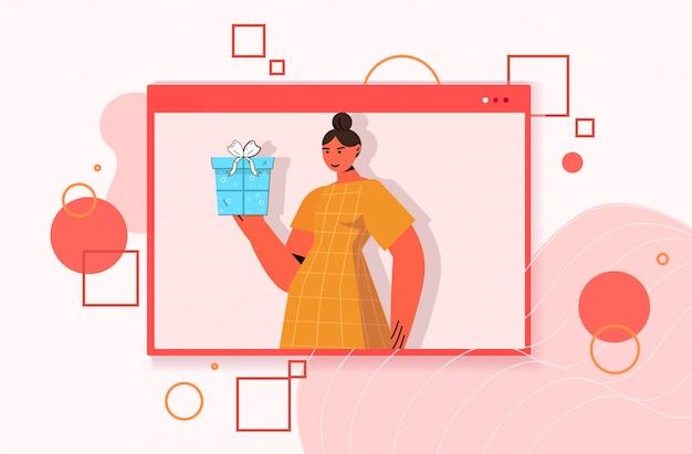 Femme célébrant la fête d'anniversaire en ligne