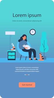 Femme avec des chats dans un appartement confortable