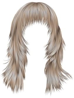 Femme cheveux longs couleurs blondes.