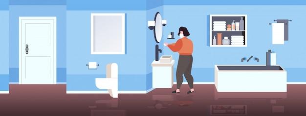 Femme, dans, masque facial, lavage mains, à, savon, coronavirus, pandémie, prévention, concept