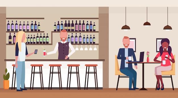 Femme, debout, barre, compteur, boire, alcool, barman, tenue, bouteille vin, verre, barman, servir, client, moderne, restaurant, intérieur, plat, horizontal