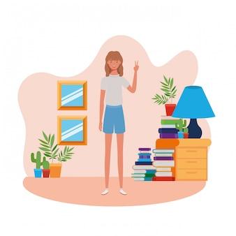 Femme debout dans le salon avec des livres
