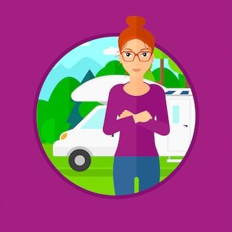 Femme, debout, devant, camping-car