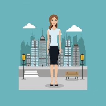 Femme debout rue de la ville