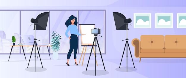 Femme donnant une présentation devant la caméra. l'enseignant dirige une leçon en ligne