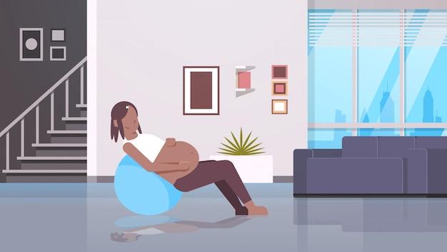 Femme enceinte, séance, sur, gymnastique, balle, girl, exercices, à, fitball, fitness, grossesse, mode de vie sain