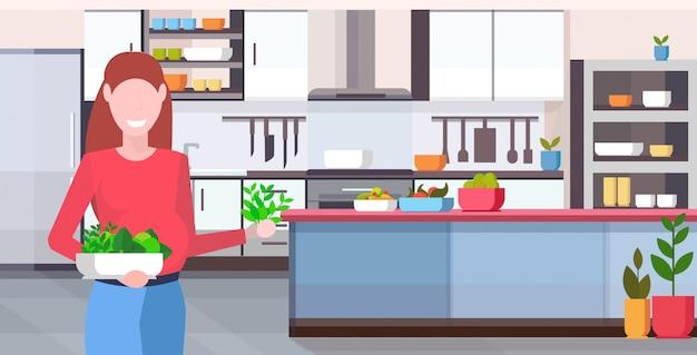 Femme enceinte tenant des fruits et légumes frais nutrition saine grossesse concept de maternité cuisine moderne portrait intérieur horizontal